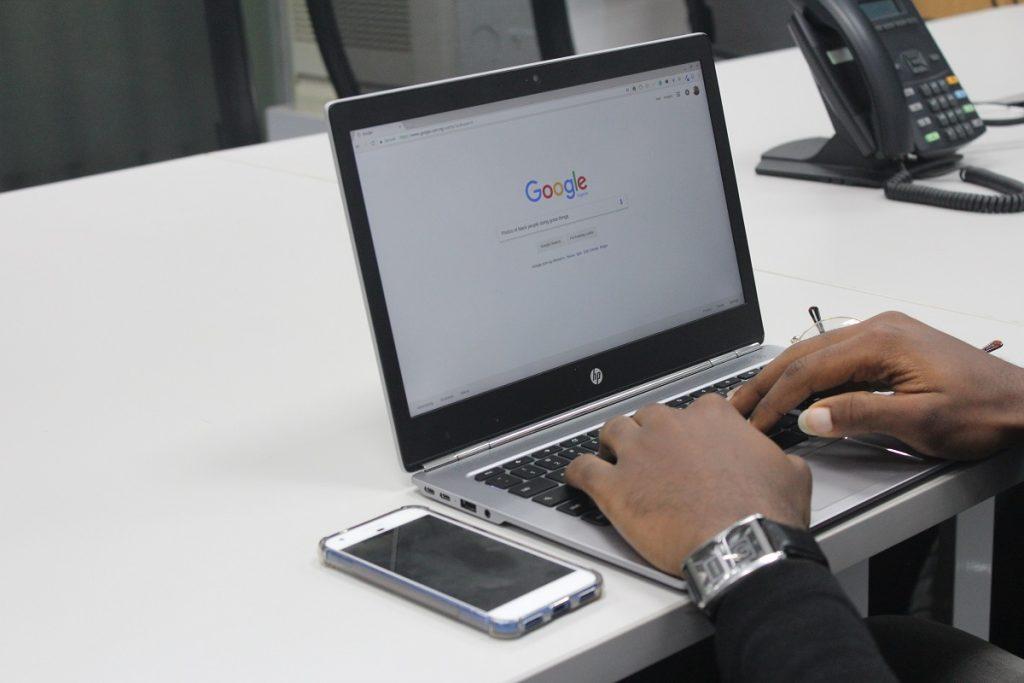 zmiana pozycji fraz w google